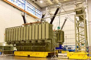 Der erste Trafo für den Rekordauftrag Ägypten im Prüffeld des Siemens-Werks in Weiz.