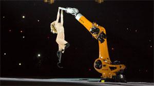 Ein KUKA Roboter tanzte gemeinsam mit Amy Purdy bei der Eröffnungsfeier der Paralympischen Sommerspiele 2016 auf der Bühne. Foto von Georgeana Godinho.
